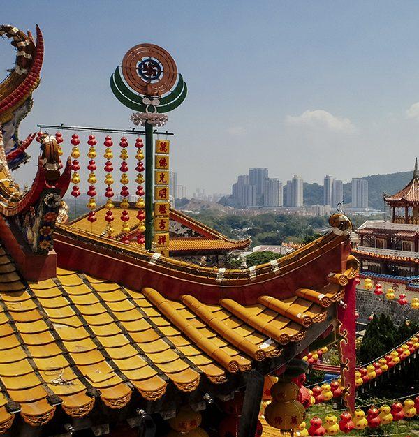 panorámica-templo-budista-tejado-amarillo